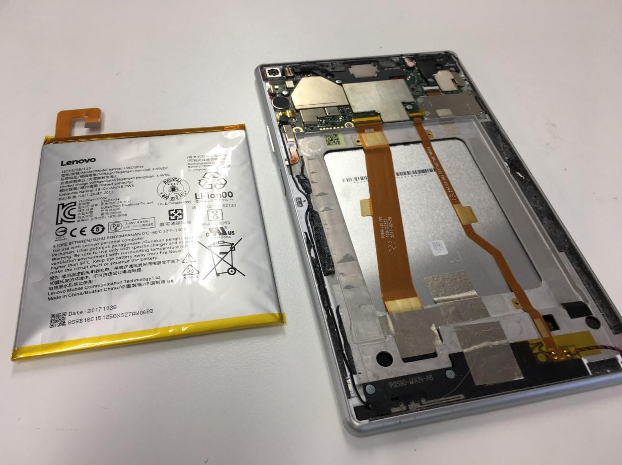 膨張したバッテリーを本体から取り出したLenovo TAB4 8