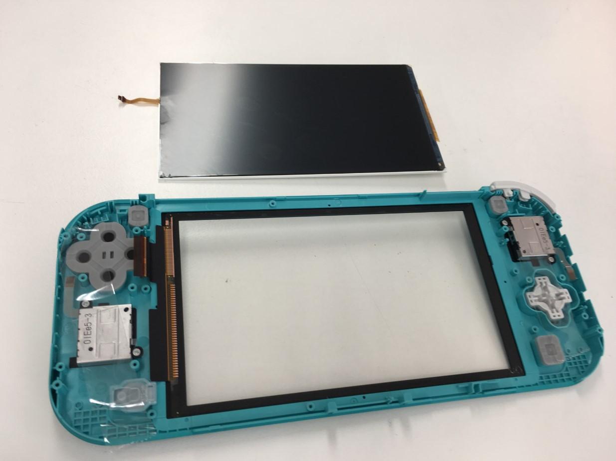 本体から液晶画面を取り出したSwitch Lite