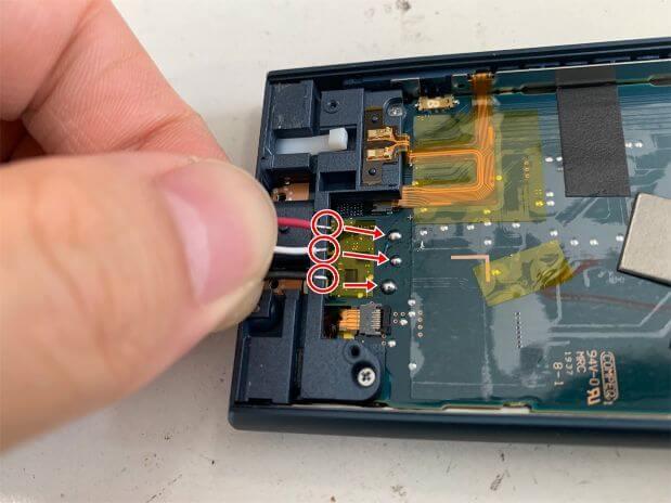 バッテリーの接点をはんだ付けしようとしているNW-A105