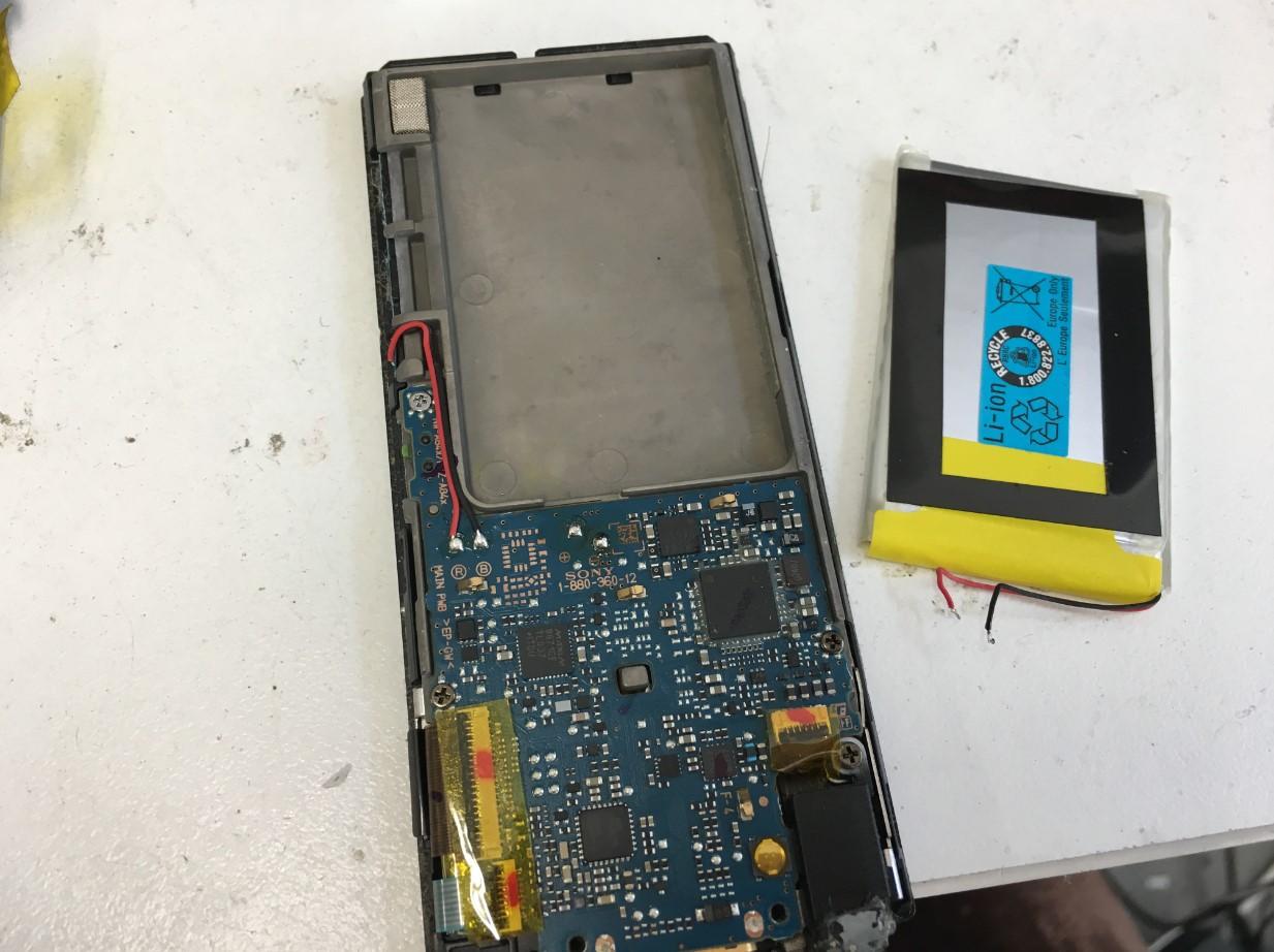 バッテリーを取り出したウォークマン NW-A856