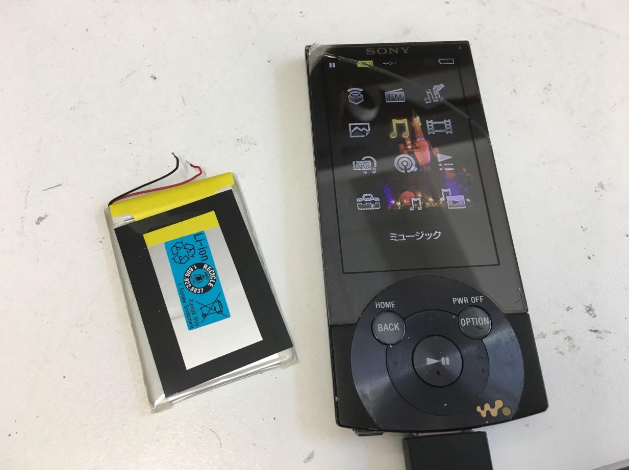 割れた画面はそのままでバッテリーだけ新品交換したウォークマン NW-A856