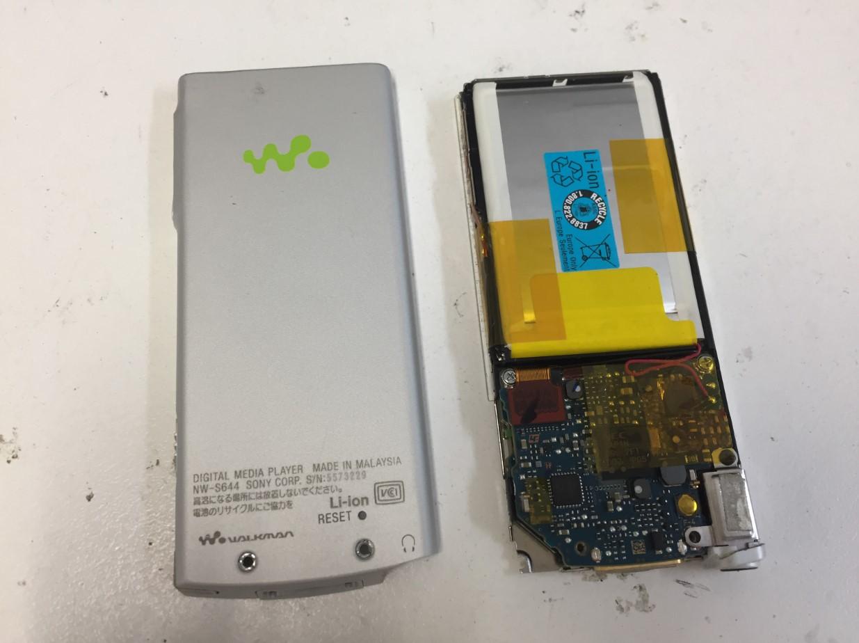 裏蓋を剥がしたウォークマン NW-S644