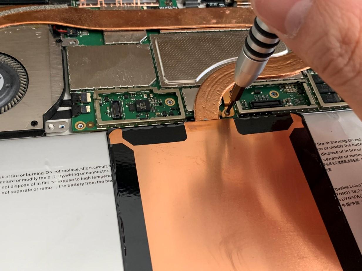 基板を固定しているネジを外しているSurface Pro4