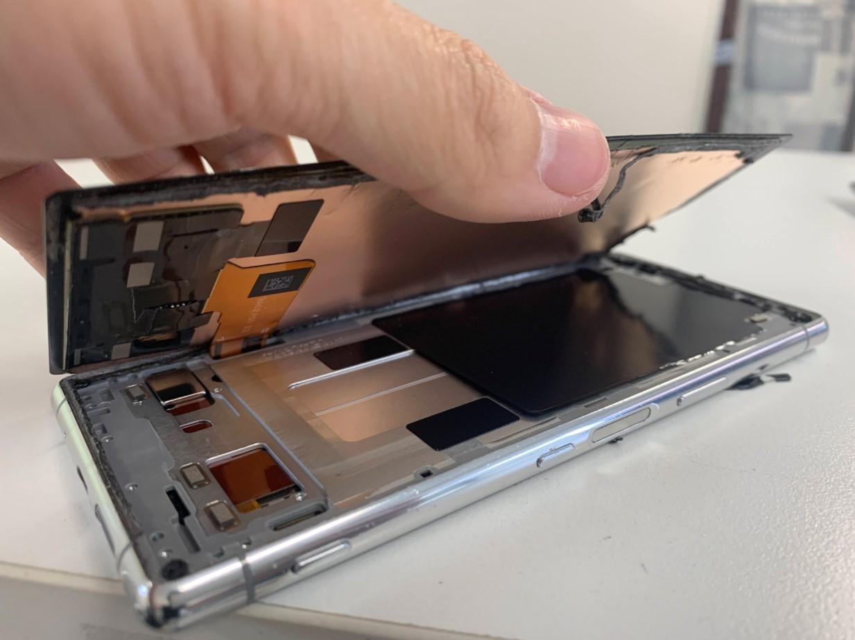 本体から画面パーツを剥がしているXperia5
