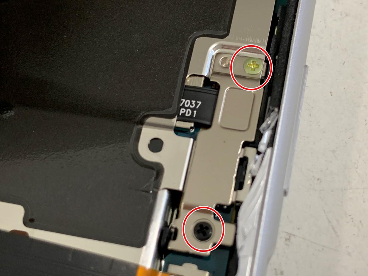 銀板を2箇所で固定されているXperia 8