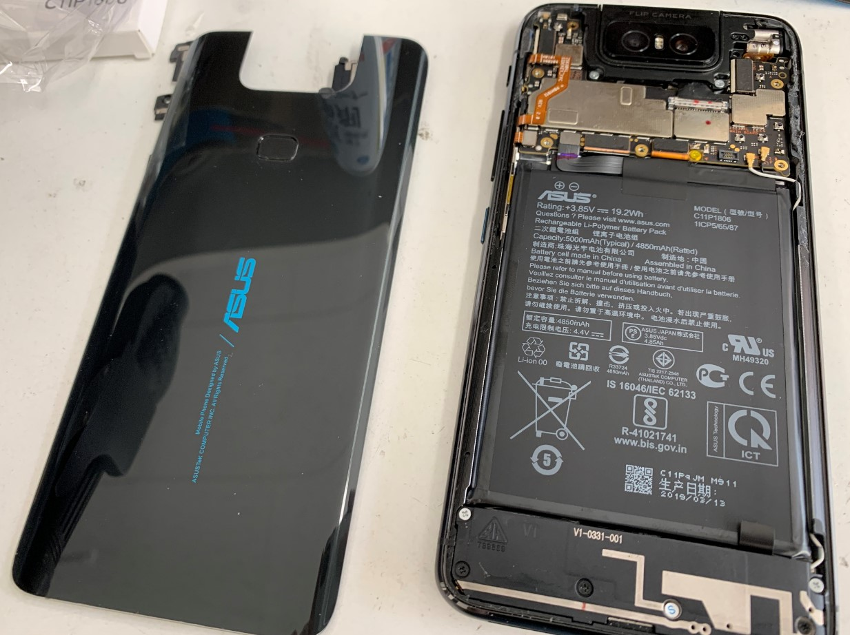 本体からバックパネルを剥がしたZenfone6(ZS630KL)