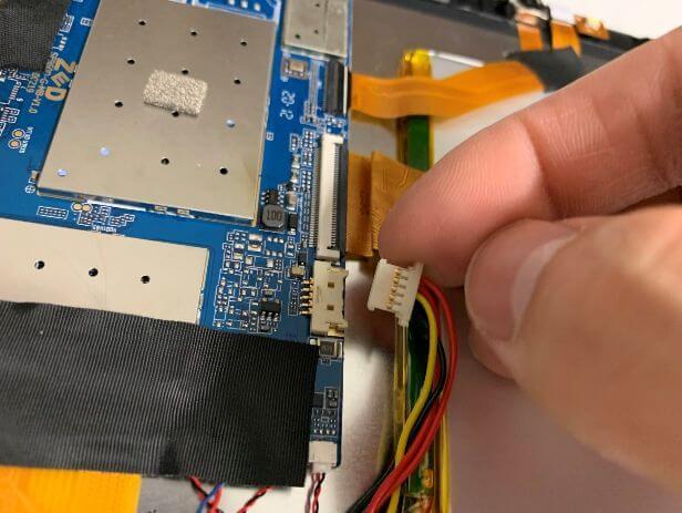 バッテリーコネクタを抜いたDragon Touch Max10