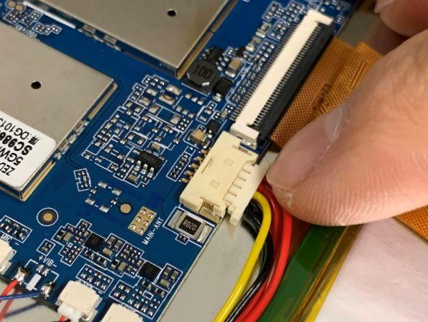 バッテリーコネクタを挿し直したDragon Touch Max10
