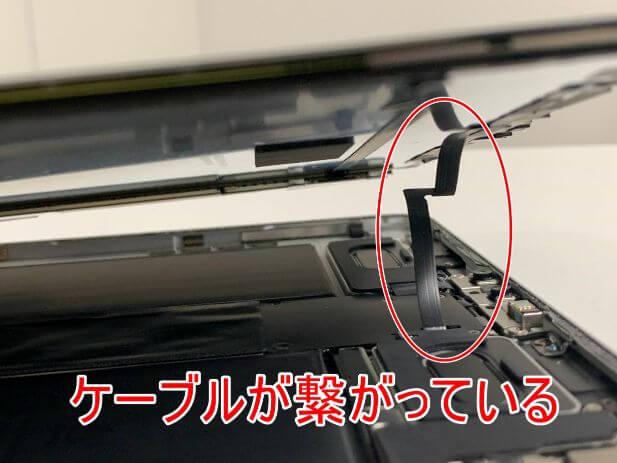 FaceIDのケーブルが画面に接続されているiPad Pro 11 (第2世代)