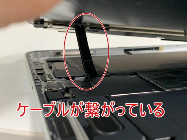 液晶画面と本体基板がケーブルで繋がっているiPad Pro 11 (第2世代)