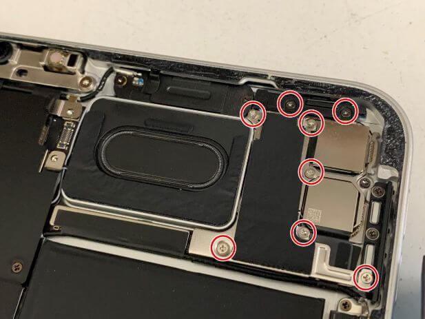 iPad Pro 11 (第2世代)内部本体上部のネジを