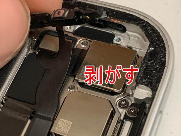 電源ボタンを剥がしているiPad Pro 11 (第2世代)