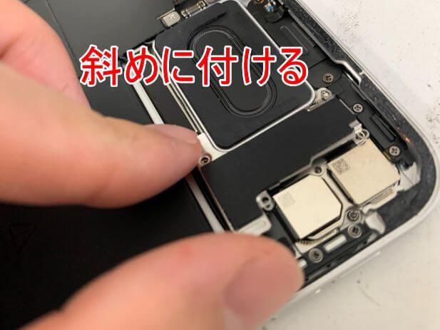 銀板を斜めに取り付けているiPad Pro 11 (第2世代)の内部