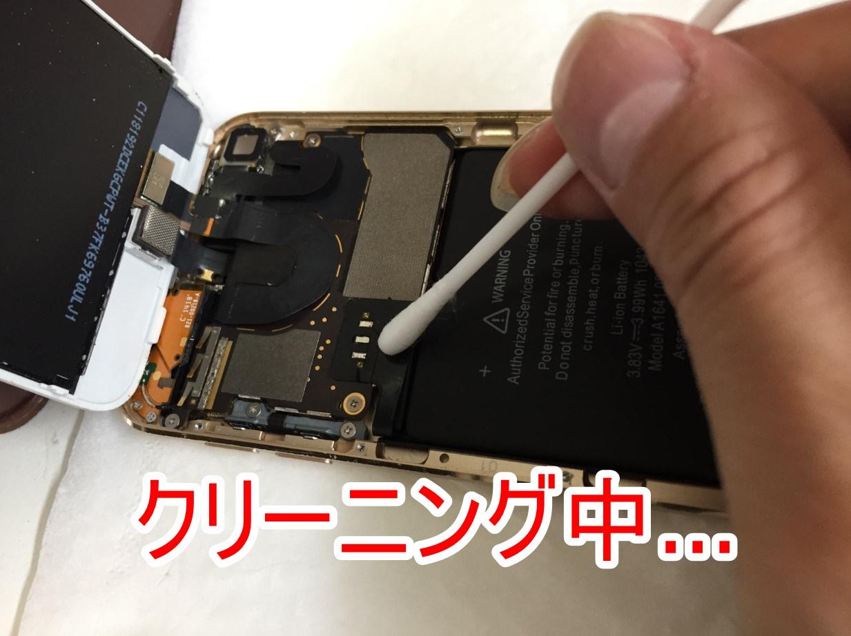 はんだの接点周辺をクリーニングしているiPod Touch 第6世代