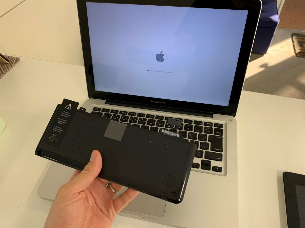 本体からバッテリーを取り出したMacBook Pro(2011年/A1278)