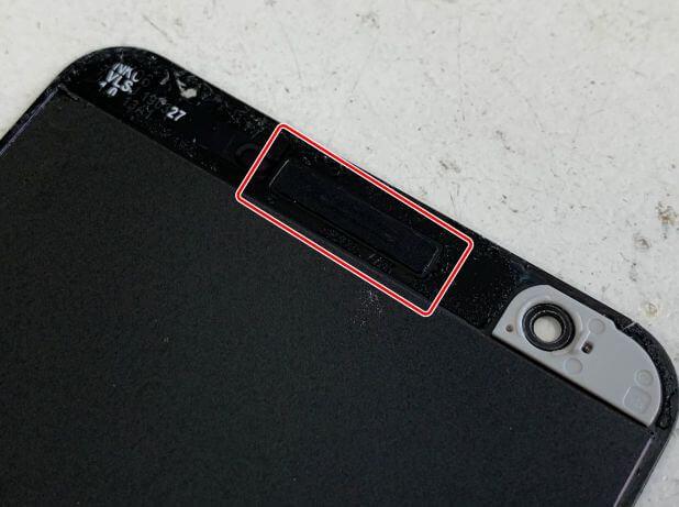 割れた画面にイヤーメッシュが付いているPixel 3a