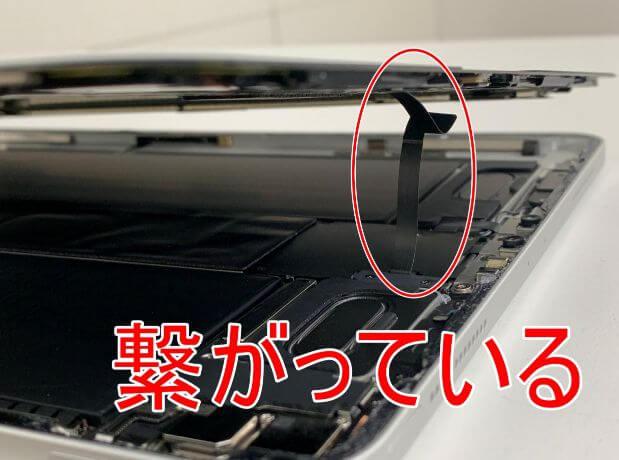 ケーブルで繋がっているiPad Pro11 第2世代の画面と基盤