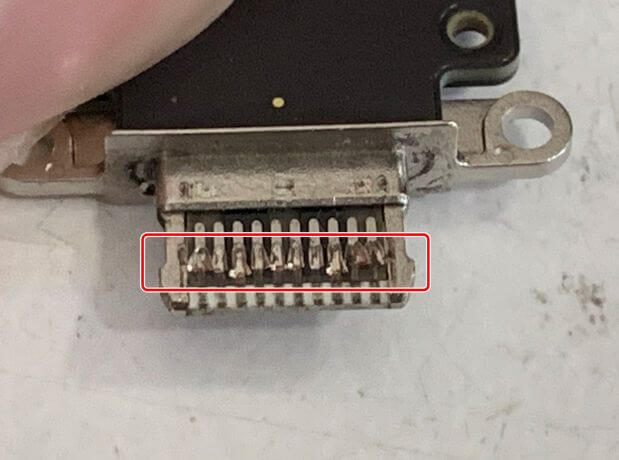 充電口パーツが潰れているiPad Pro11 第2世代