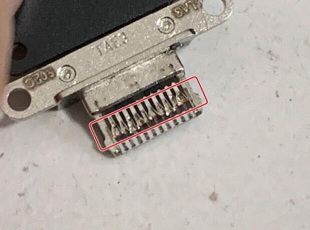 充電口パーツの先端が潰れているiPad Pro11 第2世代