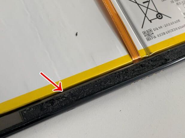 縁に粘着が残っているLenovo IdeaPad Dust Chromebook