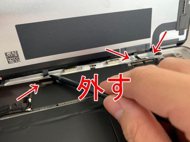 画面パーツのコネクタを外してるiPadAir 第4世代