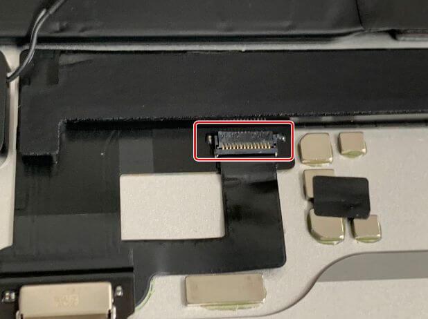 充電口パーツに接続されたケーブルを外そうとしているiPadAir 第4世代