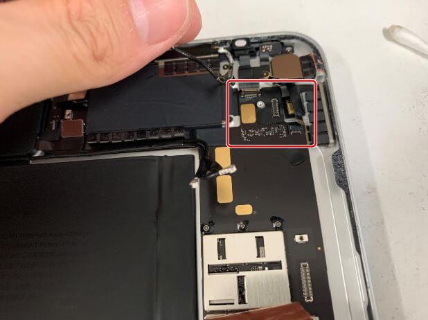 本体上部のコネクタを外したiPadAir 第4世代