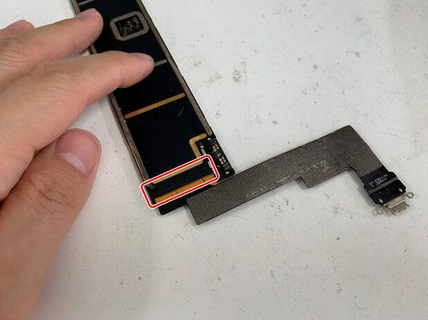 充電口パーツが基板にはんだ付けされているiPadAir 第4世代