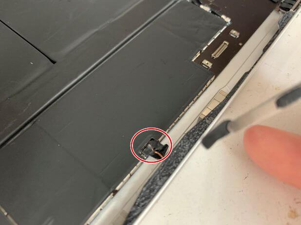 本体側面にあるコネクタも付け終えたiPadAir 第4世代