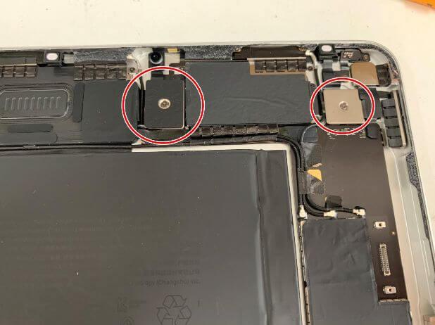 本体上部のプレートをネジで固定したiPadAir 第4世代