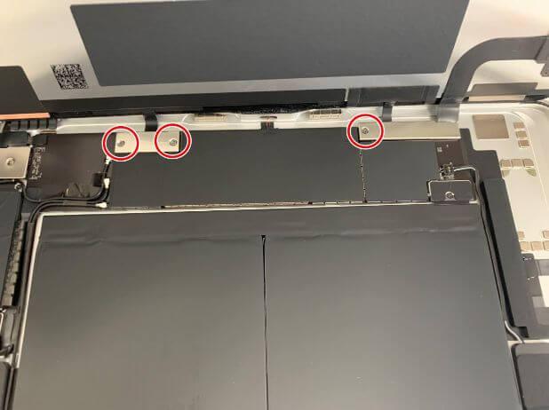 iPadAir 第4世代の画面コネクタを固定した銀板を固定したネジ