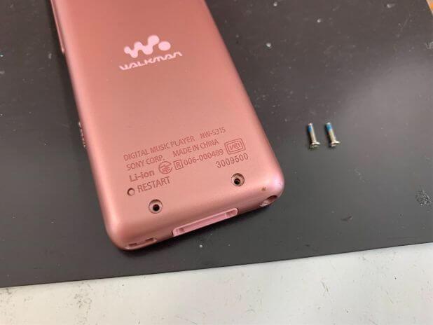 背面パネルのネジを取り出したNW-S315